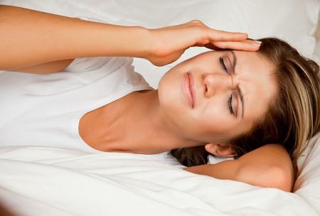 La femme souffre d'une crise de migraine