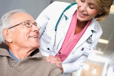 L'homme parle de sa douleur articulaire avec un médecin