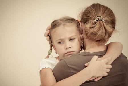 Une mère porte dans ses bras un enfant qui souffre de douleurs