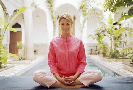 La femme fait des exercices de yoga pour lutter contre le mal de dos