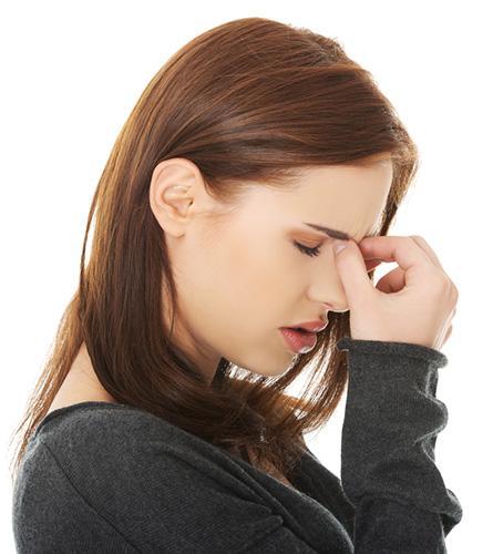 La femme souffre d'un mal de tête mais ne sait pas de quel type