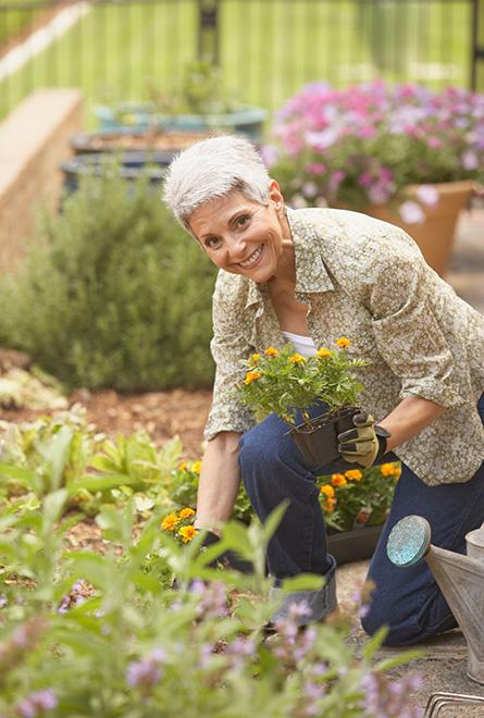La femme fait du jardinage sans douleurs articulaires
