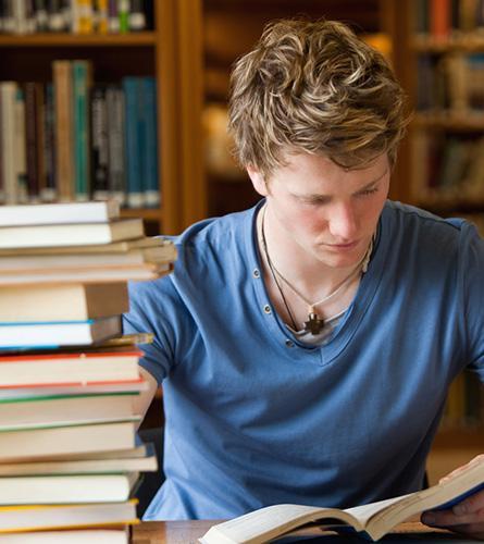 Un etudiant voit ses muscles se nouer suite à un stress mental et à une grosse charge de travail