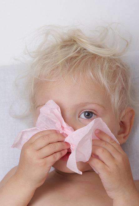 Un enfant souffre d'un rhume provoquant de la fièvre