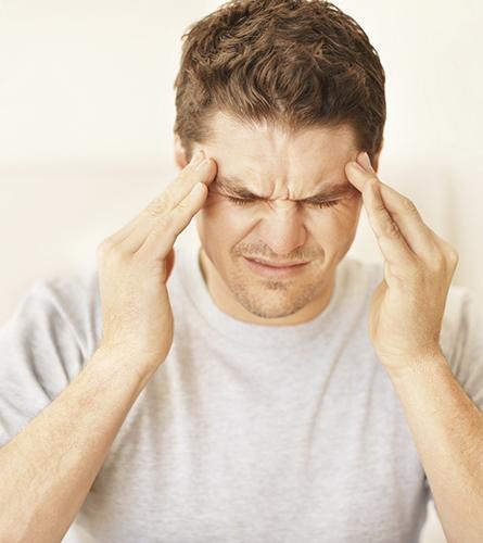 L'homme souffre d'une céphalée de tension