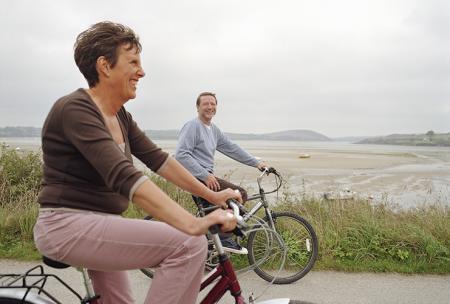Un couple se balade à vélo pour soulager la douleur articulaire