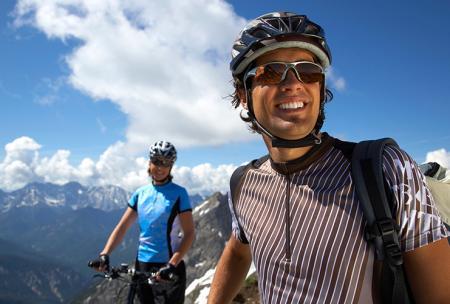 Les hommes font du vélo en montagne pour prévenir le mal de dos.