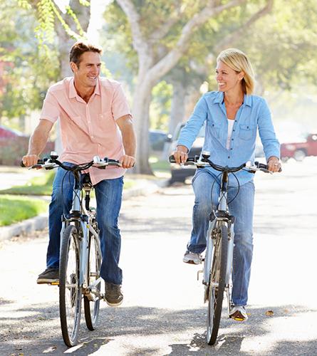 Un couple fait du vélo pour prévenir la migraine